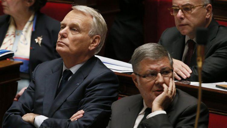 Le Premier ministre, Jean-Marc Ayrault, le ministre délégué en charge des relations avec le Parlement, Alain Vidalies, et le ministre du Budget, Bernard Cazeneuve (banc supérieur), le 16 octobre 2013 à l'Assemblée nationale (Paris). (PATRICK KOVARIK / AFP)