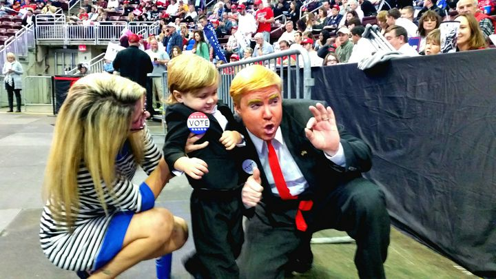 Les supporters de Donald Trump n'hésitent pas à déguiser comme leur candidat lors d'un meeting à Hershey (Pennsylvanie) le 4 novembre 2016. (FRANCEINFO / BENJAMIN ILLY)