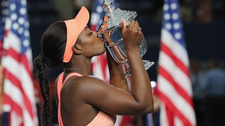 Sloane Stephens embrasse le trophée de l'US Open, son premier du Grand Chelem (ELSA / GETTY IMAGES NORTH AMERICA)