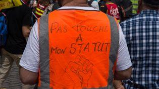 Un cheminot manifeste le 4 juin 2019 à Paris, dans le cadre d'un journée nationale d'action contre la réforme ferroviaire. (RICCARDO MILANI / HANS LUCAS / AFP)