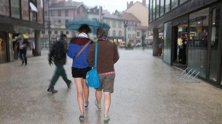 La pluie s'abat sur Annecy (Haute-Savoie), le 7 juillet 2014. (  MAXPPP)