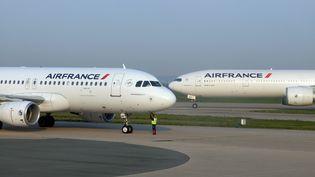 Un Airbus A320 et un Boeing 777 d'Air Franceà l'aéroport de Roissy. (ARNAUD BEINAT / MAXPPP)