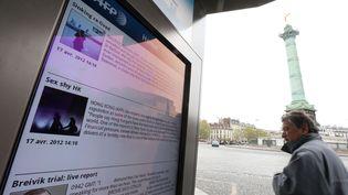 """""""Concept Abribus"""" de JC Decauxsur la place de La Bastille à Paris le 17 avril 2012 (KENZO TRIBOUILLARD / AFP)"""