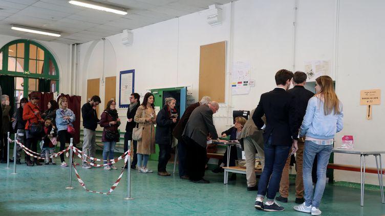 La queue dans un bureau de vote pour le premier tour à l'élection présidentielle, dans le 15e arrondissement de Paris, le 23 avril 2017. (XAVIER LAINE / GETTY IMAGES EUROPE)