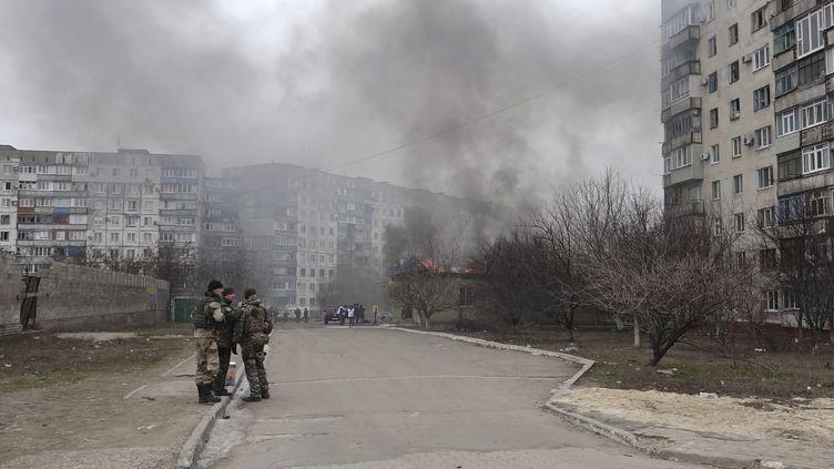 Des soldats ukrainiens à Marioupol, dans l'est de l'Ukraine, le 24 janvier 2015. (  REUTERS)