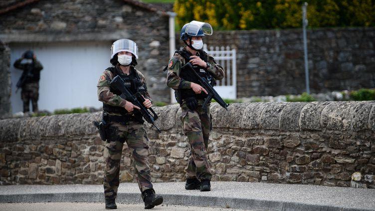 Des gendarmes au village des Plantiers dans le Gard, le 12 mai 2021. (CLEMENT MAHOUDEAU / AFP)