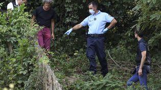 Les gendarmes cherchent des preuves autour du jardin d'un homme près de Pont-de-Beauvoisin, le 30 octobre 2017. (PHILIPPE DESMAZES / AFP)