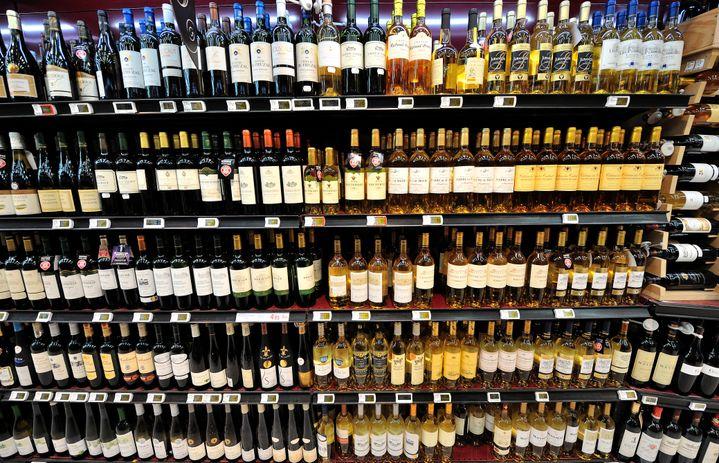 Un rayon de bouteilles de vin dans un supermarché de Bailleul (Nord), le 15 février 2012. (PHILIPPE HUGUEN / AFP)
