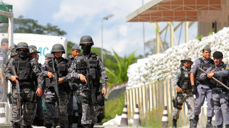 La police contrôle l'accès à une prison de Manaus, le 26 mai 2019, au Brésil. (REUTERS)
