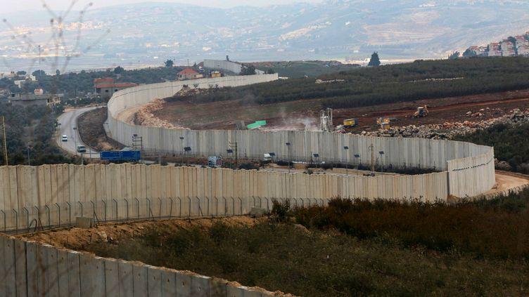 Des opérations israéliennes à la frontière avec le Liban, près de la ville de Kfar Kila, le 4 décembre 2018. (MAHMOUD ZAYYAT / AFP)