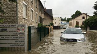 Une voiture submergée par les inondations à Montargis, le 31 mai 2016. (MATHIEU RABECHAULT / AFP)