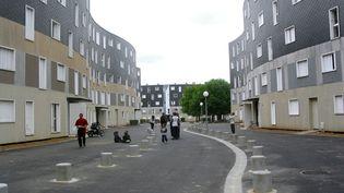 Une allée de la cité de la Grande-Borne à Grigny (Essonne), le 31 juillet 2002. (MEHDI HAFI / AFP)