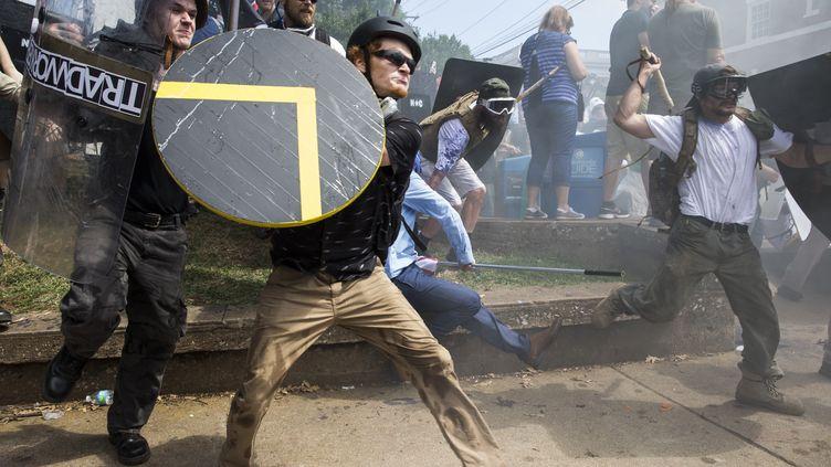 Des militants d'extreme droite armés de boucliers et de bâtons affrontent des contre-manifestants antiracistes, à Charlottesville (Virginie), le 12 août 2017. (SAMUEL CORUM / ANADOLU AGENCY / AFP)
