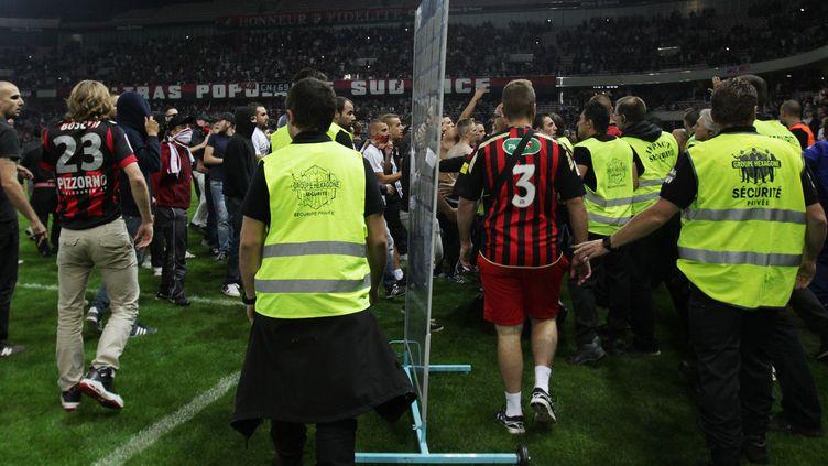 Des incidents avaient éclaté sur la pelouse de l'Allianz Riviera après le match Nice-Bastia (JEAN CHRISTOPHE MAGNENET / AFP)