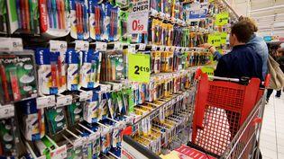 Un rayon de fournitures scolaires dans un supermarché de Douai (Nord). (JOHAN BEN AZZOUZ / MAXPPP)
