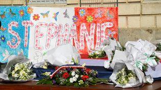 Des fleurs et une affiche en hommage à la fonctionnaire de police Stéphanie M, à Rambouillet (Yvelines), le 25 avril 2021. (BERTRAND GUAY / AFP)