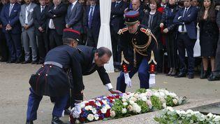 François Hollande dépose une gerbe devant le monument aux victimes du terrorismes, aux Invalides, à Paris, lundi 19 septembre 2016. (MICHEL EULER / AFP)