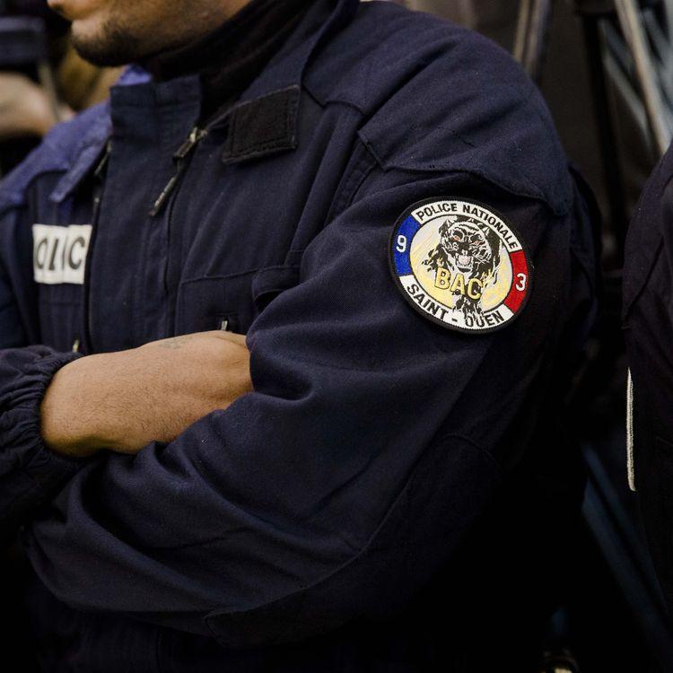 Un policier de la BAC de Saint-Ouen (Seine-Saint-Denis), le 29 février 2016 dans un commissariat du 20e arrondissement de Paris. (MAXPPP)