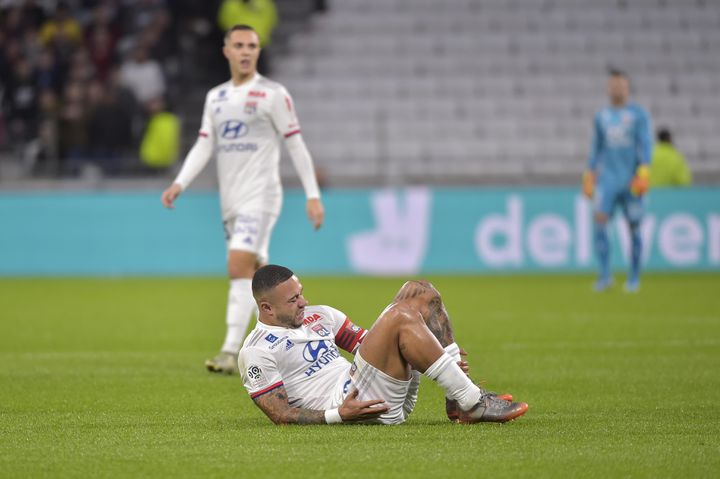Memphis s'écroule au sol contre Rennes, blessé au ligament croisé du genou gauche (ROMAIN LAFABREGUE / AFP)