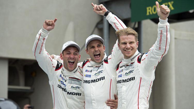 15h07 : Nick Tandy, Earl Bamber et Nico Hulkenberg fêtent leur première victoire aux 24 Heures du Mans (JULIEN DELFOSSE / DPPI MEDIA)