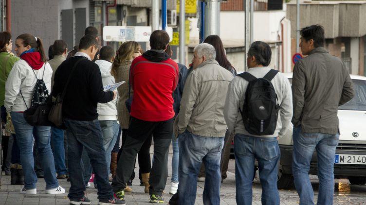 Des Espagnols font la queue devant un bureau de l'agence pour l'emploi espagnole, à Madrid, le 26 octobre 2012. (DOMINIQUE FAGET / AFP)