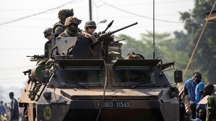 Des soldats français patrouillent dans Bangui (Centrafrique), le 18 février 2014. (FRED DUFOUR / AFP)