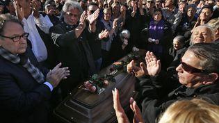 Des applaudissements de la famille et de la communauté tzigane autour du cercueil de Manitas de Plata, à Montpellier (8 novembre 2014)  (Guillaume Horcajuelo / Epa / MaxPPP)