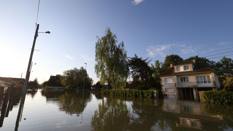 Les rues inondées de Tonnerre (Yonne), le 6 mai 2013. (THOMAS SAMSON / AFP)