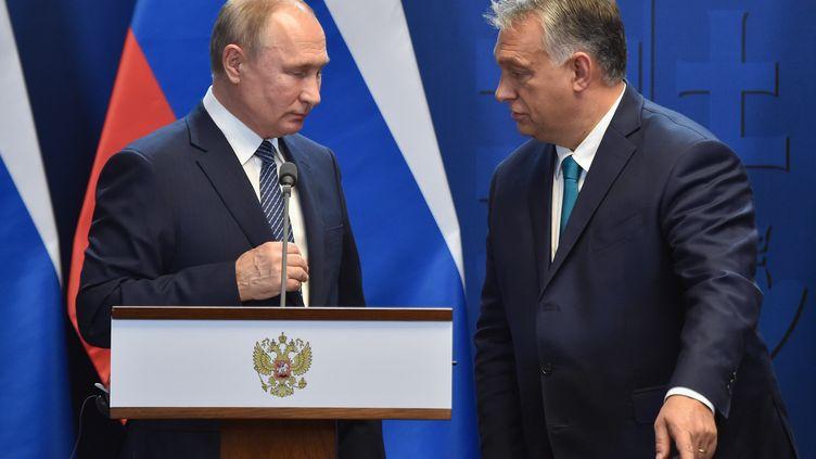 Le Premier ministre hongrois Viktor Orban (à droite) et le président russe Vladimir Poutine (à gauche) après une conférence de presse à Budapest le 30 octobre 2019. Illustration. (ATTILA KISBENEDEK / AFP)