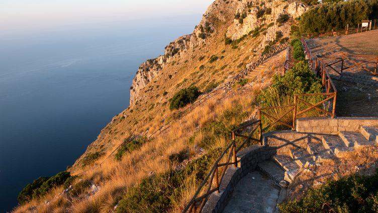 Les falaises près desquelles le randonneur Simon Gautier est tombé, àSan Giovanni a Piro (Italie), le 19 août 2019. (ELIANO IMPERATO / AFP)