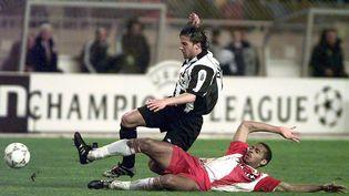 L'attaquant de l'AS Monaco Thierry Henry lors de la demi-finale de la Ligue des champions contre la Juventus Turin, le 15 avril 1998 au stade Louis-II. (PATRICK HERTZOG / AFP)