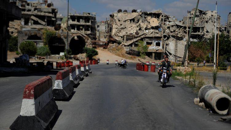 Dans une rue de Homs (Syrie), le 29 juillet 2017. (OMAR SANADIKI / REUTERS)