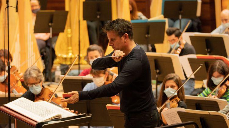 """Philippe Jordan dirige l'Orchestre de l'Opéra de Paris pendant les répétitions de """"Sigfried"""" de Wagner le 4 décembre 2020. (ELISA HABERER)"""