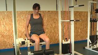 Claire Supiot, championne ne natation dans les années 80, est atteinte par la maladie de Charcot. La natation l'aide à surmonter le handicap et à viser les Jeux paralympiques de Tokyo (Japon) en 2020. (CAPTURE D'ÉCRAN FRANCE 3)