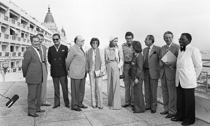 Benoîte Groult, membre du jury du Festival de Cannes de 1977 (au centre, l'écrivaine est entre Roberto Rossellini et la comédienne Marthe Keller).  (RALPH GATTI / AFP)