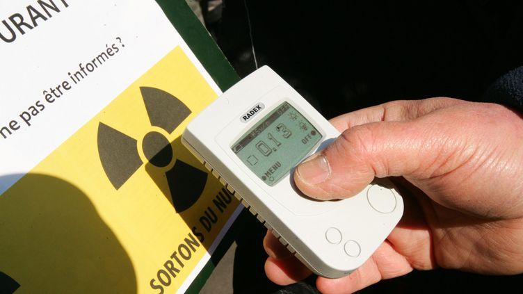 Un homme mesure la radioactivité d'un convoi de déchets nucléaire, en France, en 2011. (Photo d'illustration) (MAXPPP)