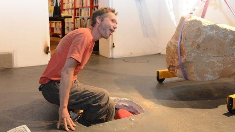 Abraham Poincheval sort de terre après une semaine de performance  (PHOTOPQR/LA PROVENCE/GARRO Thierry)