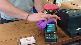 Certains commerçants tentent de bannir les espèces pour privilégier le paiement par carte bancaire, et ainsi éviter la possible transmission du Covid-19. (FRANCE 2)