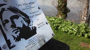 """Plaque commémorative dans le parc baptisé """"Kurt Cobain"""" à Aberdeeen, ville natale du chanteur.Kurt Cobain avait l'habitude de s'y reposer et d'y écrire ses chansons.Lieu de rassemblement pour les fans à l'annonce de sa mort en 1994  (SEBASTIAN VUAGNAT / AFP)"""