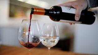 A partir du 1er juillet, les viticulteurs devront mentionner la présence d'allergènes sur leurs bouteilles. (FRANK MAY / PICTURE ALLIANCE / AFP)