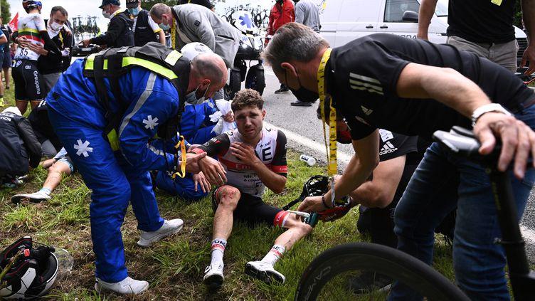 Marc Hirschi a été pris dans les deux chutes de la première étape du Tour de France, samedi 26 juin. (ANNE-CHRISTINE POUJOULAT / POOL / AFP)