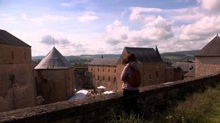 Au château fort de Sedan, dans les Ardennes, des financements privés ont permis de transformer une partie de l'édifice en hôtel. Un moyen de faire vivre le patrimoine français. (FRANCE 3)