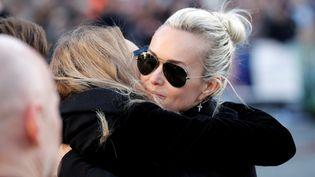 Laeticia Hallyday est enlacée par Laura Smet, le 9 décembre 2017, lors des funérailles de Johnny Hallyday, à Paris. (REUTERS)