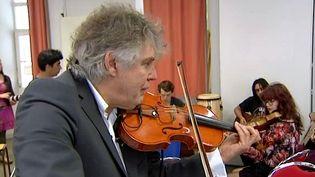 Didier Lockwood lors de sa master class au collège Fromentin de La Rochelle  (Copie d'écran France 3 / Culturebox)