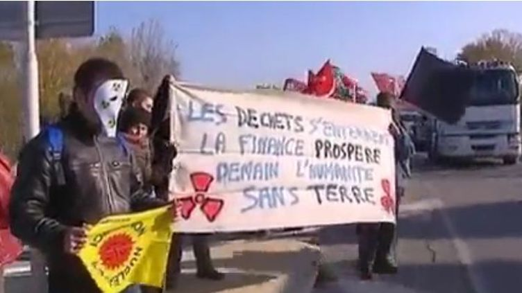 Manifestants écologistes à l'entrée de la centrale nucléaire du Tricastin (Drôme), le 25 novembre 2011. (FTVi / FRANCE 2)