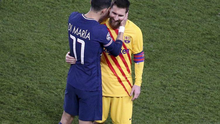 Lionel Messi dans les bras d'Angel Di Maria, le 10 mars 2021 au Parc des Princes. (JEAN CATUFFE / AFP)