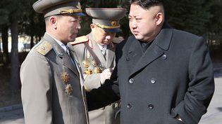 Kim Jong-un, le leader nord-coréen (à droite), parle avec un candidat à l'élection des députés, à Pyongyang, la capitale de la Corée du Nord, le 9 mars 2014. (KNS / KCNA / AFP)