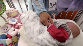 Une sage femme avec un nouveau-né dans le service de néonatalité de la maternité régionale de Nancy (Illustration, le 11 Juin 2019). (ALEXANDRE MARCHI / MAXPPP)