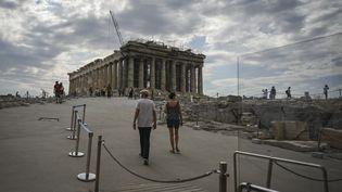 Des touristes se dirigent vers le site archéologique du Parthénon, sur la colline de l'Acropole à Athènes, où des travaux d'aménagement suscitent une polémique(4 juin 2021) (ARIS MESSINIS / AFP)