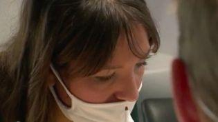Des dizaines de milliers de Français n'auraient toujours pas retrouvé legoutdes mois après avoir été infectés par le Covid-19. Peut-on en guérir ?Les équipes de France Télévisions ont mené l'enquête pour le JT de 13 Heures du mardi 16 février. (France 2)